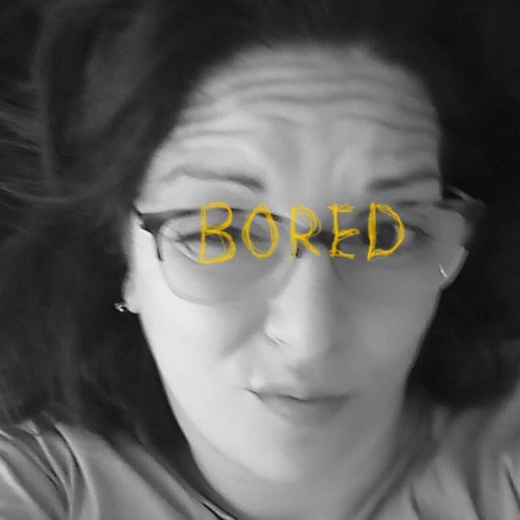 una chica con la palabra bored escrita encima