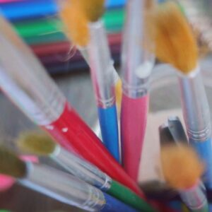 bote lleno de pinceles para hacer arte
